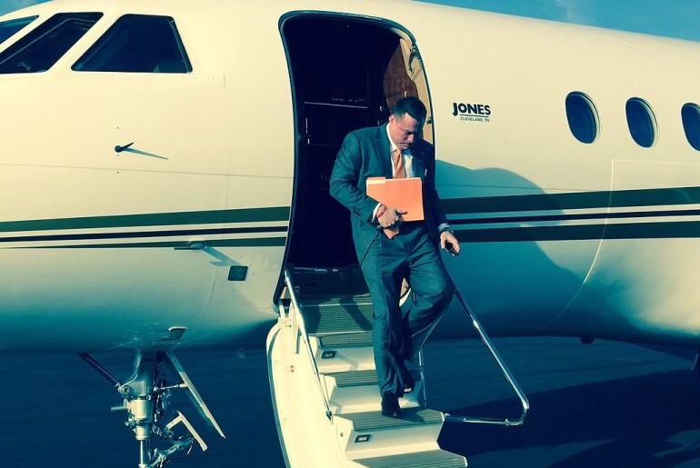 Butch_Jones_exiting_plane