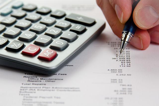 640px-Analyzing_Financial_Data_(5099605109)